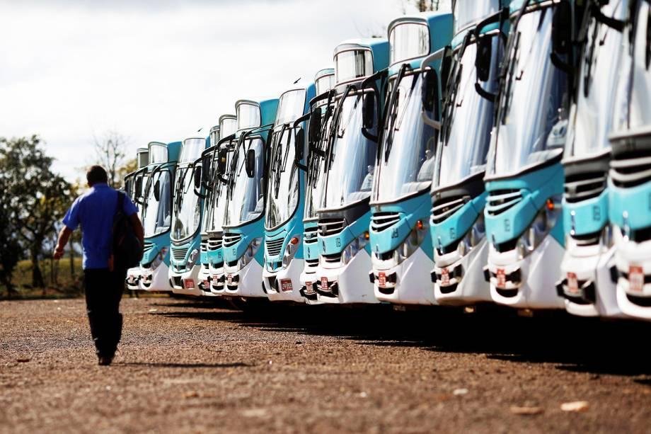 Ônibus são vistos estacionados em garagem durante greve geral em Brasília (DF) - 14/06/2019
