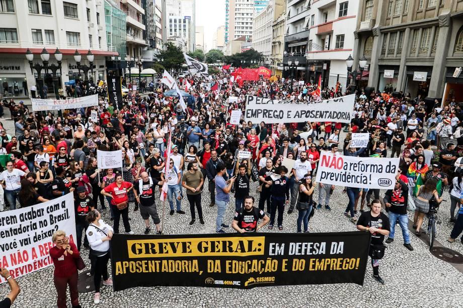 Manifestantes protestam no centro de Curitiba (PR), contra a reforma da previdência e os cortes de verbas na área da educação - 14/06/2019