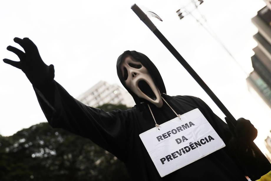 Manifestante participa de protesto contra a reforma da previdência, realizado em São Paulo (SP) - 14/06/2019