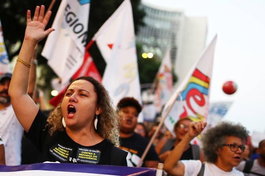 Manifestantes gritam palavras de ordem durante protesto contra a reforma da previdência e contra o corte de verbas na educação, realizado no Rio de Janeiro (RJ)- 14/06/2019