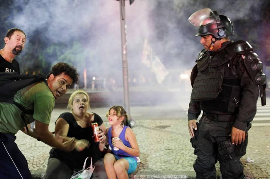 Manifestantes tentam se protegem de bombas de gás lacrimogêneo após princípio de confusão durante protesto no Rio de Janeiro (RJ) - 14/06/2019