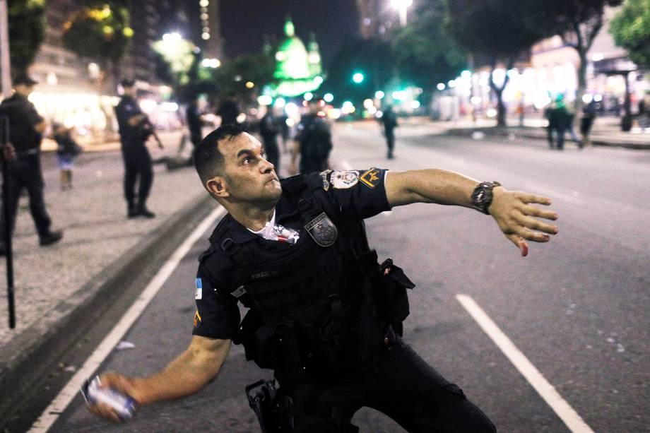 Policial lança bomba de efeito moral durante protesto contra a reforma da previdência, realizado no Rio de Janeiro (RJ) - 14/06/2019
