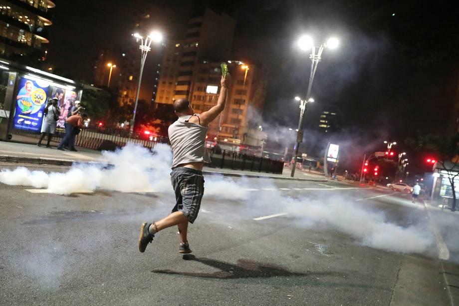 Manifestantes entram em confronto com policiais no cruzamento da Avenida Paulista com a Rua da Consolação, em São Paulo (SP), durante protesto contra a reforma da previdência - 14/06/2019