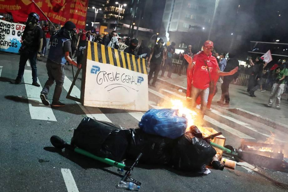 Manifestantes fazem barricada na Avenida Paulista, em São Paulo (SP), durante protesto contra a reforma da previdência - 14/06/2019