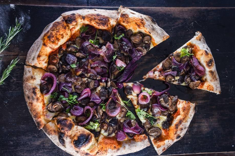 Pizza Funghi, da Bráz: a casa, novamente campeã, coleciona troféus da VEJA COMER & BEBER