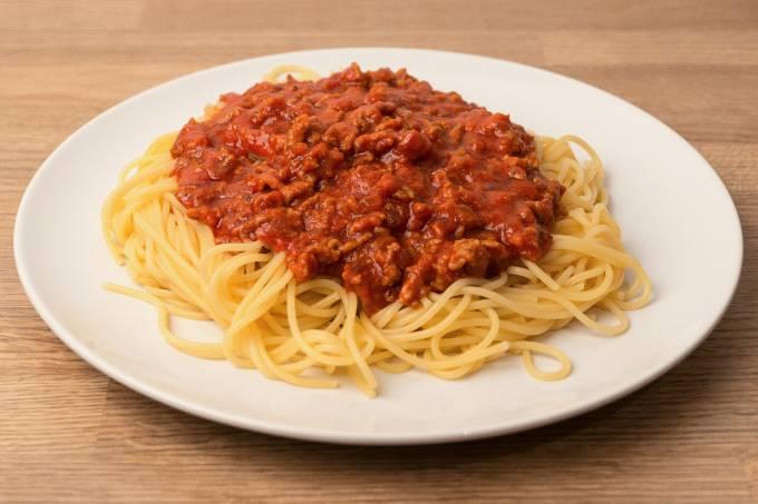 Espaguete com ragu à bolonhesa