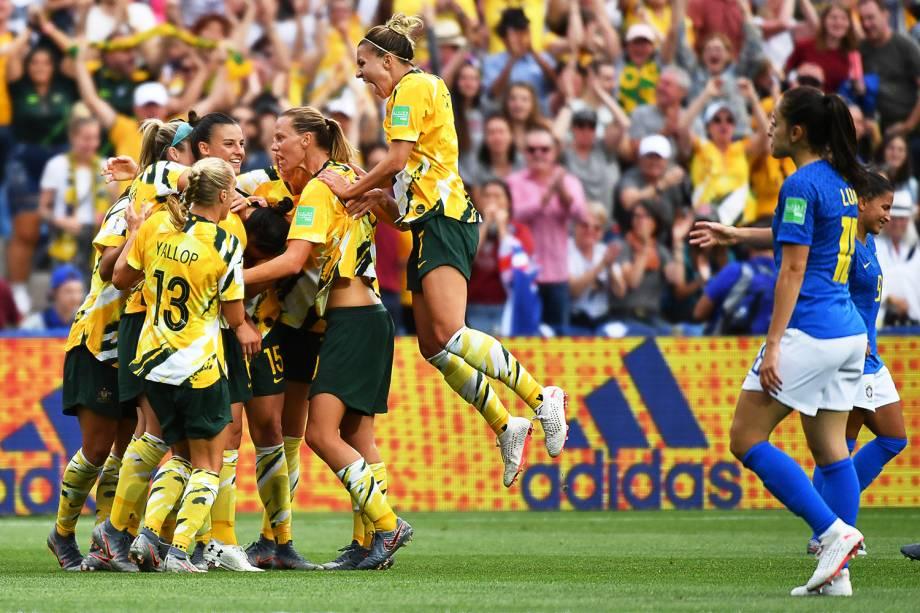 Jogadoras australianas comemoram segundo gol da equipe durante partida contra a Seleção Brasileira, válida pelo grupo C da Copa do Mundo  - 13/06/2019