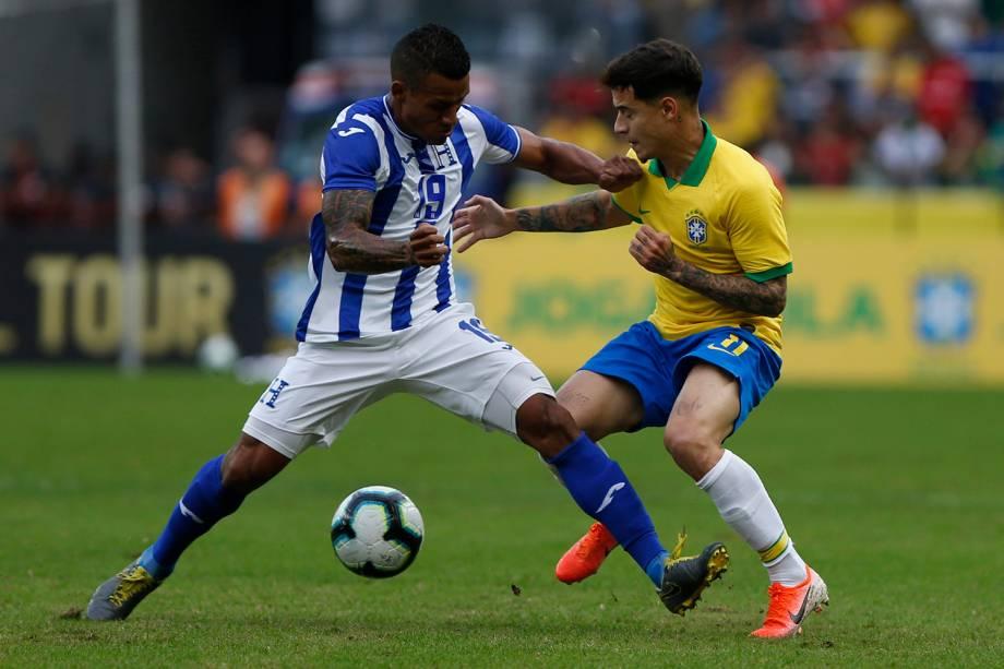 Philippe Coutinho, do Brasil, dribla Luis Garrido, de Honduras, durante amistoso no estádio Beira Rio, em Porto Alegre