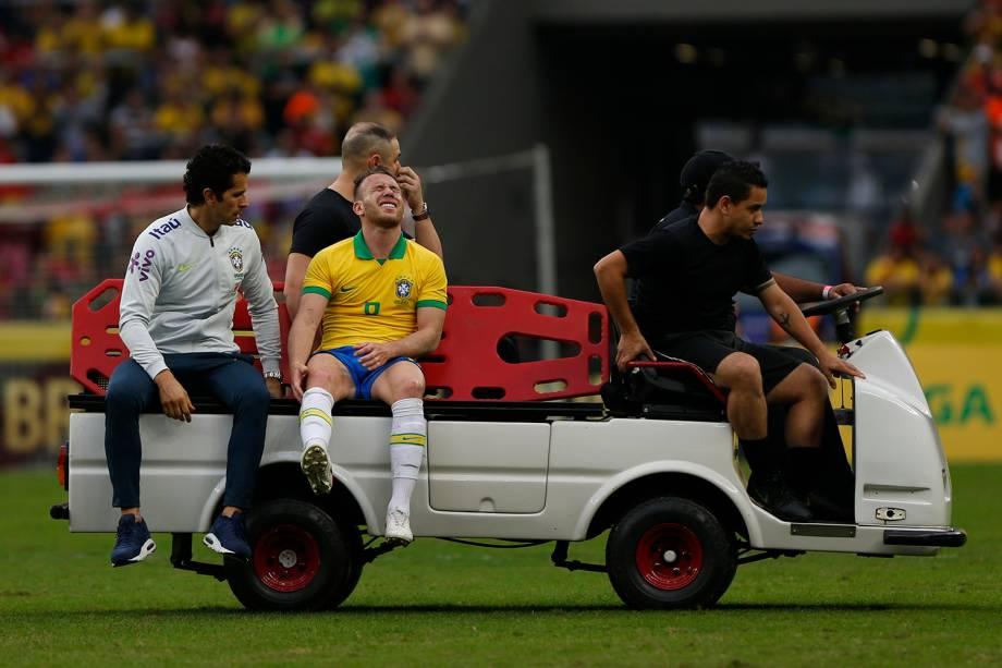 O volante Arthur sai de campo após sofrer lesão durante amistoso contra Honduras no estádio Beira Rio, em Porto Alegre