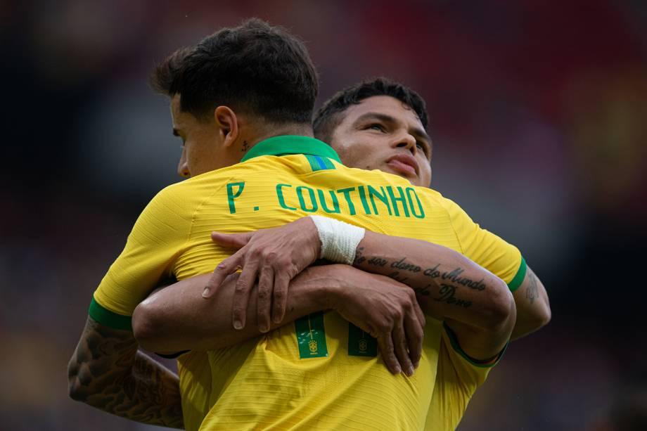 Thiago Silva abraça Philippe Coutinho após marcar o segundo gol da seleção brasileira no amistoso contra Honduras, em Porto Alegre