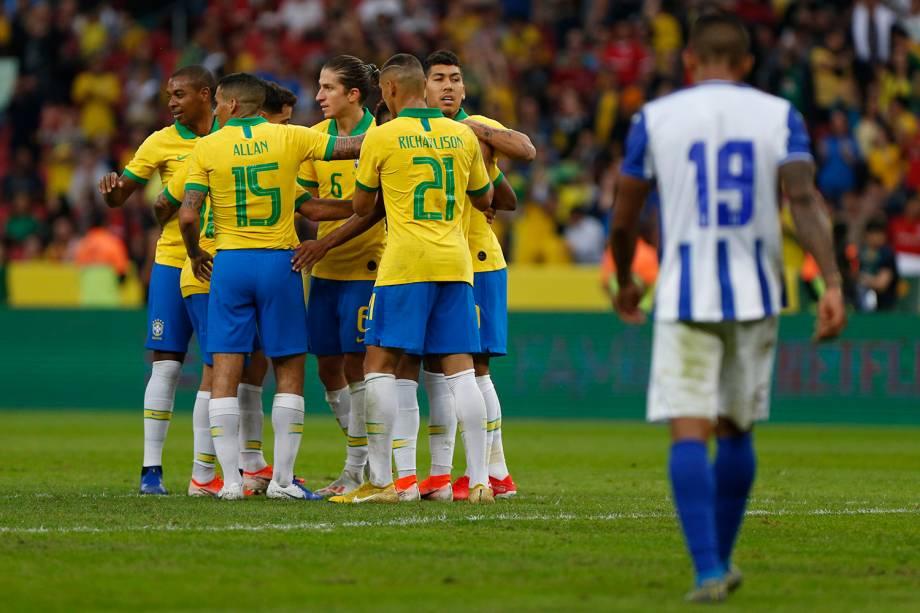 Jogadores da seleção brasileira comemoram o gol de David Neres na goleada sobre Honduras em amistoso disputado no estádio do Beira Rio, em Porto Alegre