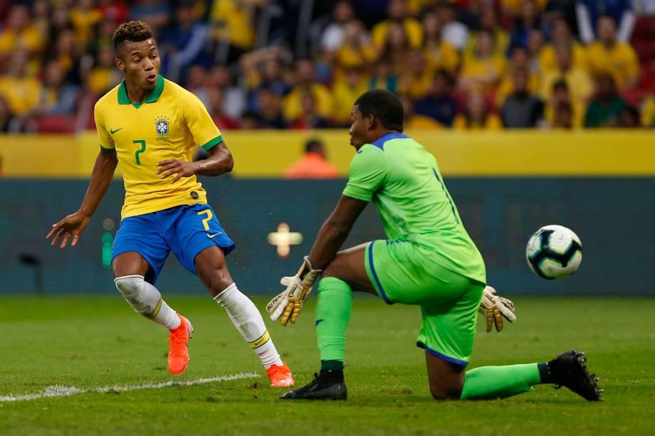 David Neres toca na saída do goleiro Luis Lopez para marcar na goleada da seleção brasileira sobre Honduras