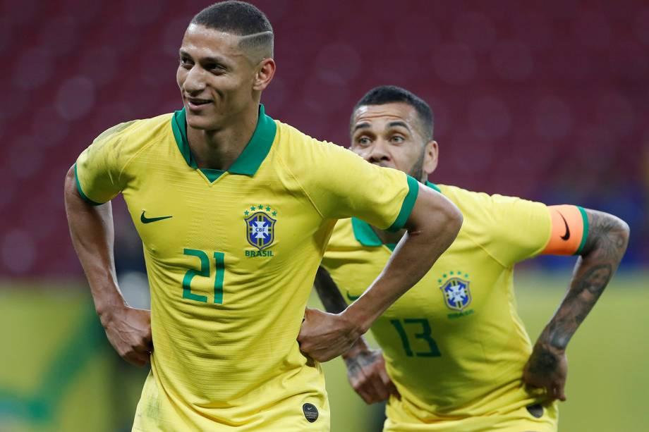 O atacante Richarlison comemora o sétimo gol da seleção na goleada sobre Honduras no Beira Rio