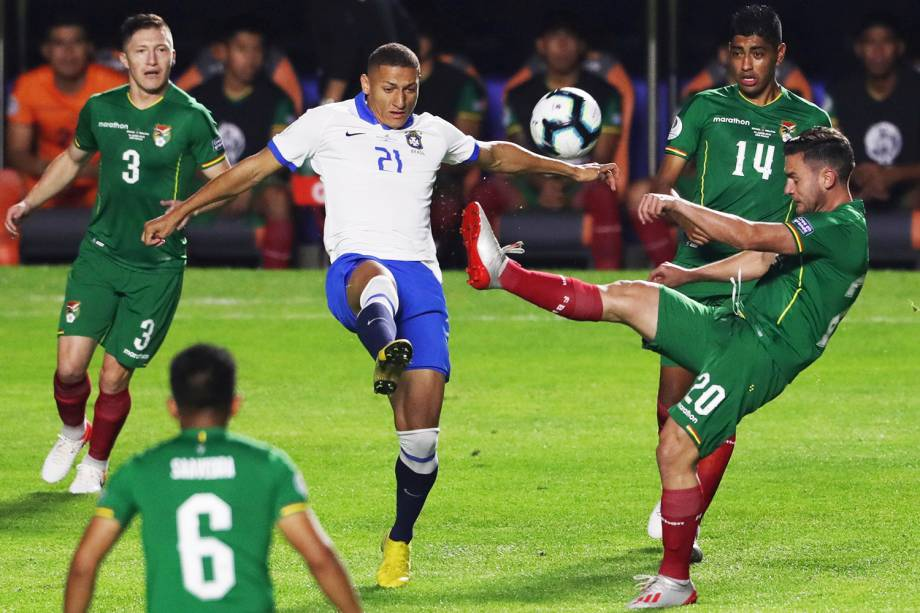 Richarlison, jogador da Seleção Brasileira, disputa lance com Fernando Saucedo, da Bolívia, durante partida válida pela fase de grupos da Copa América - 14/06/2019