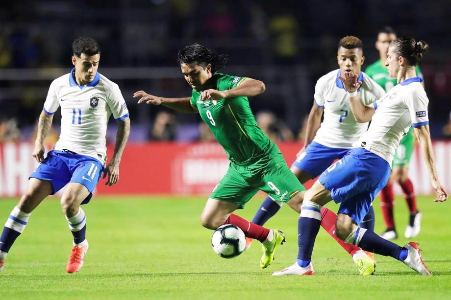 Marcelo Martins, da Bolívia, disputa lance com Philippe Coutinho, do Brasil, durante partida válida pela fase de grupos da Copa América - 14/06/2019