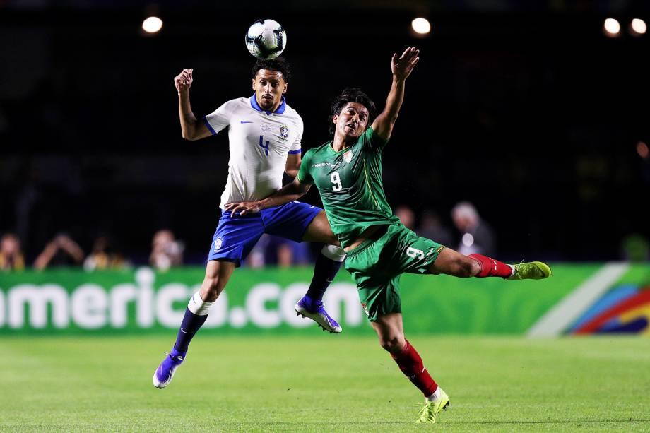 Marquinhos, jogador do Brasil, disputa lance com Marcelo Martins, da Bolívia, durante partida válida pela fase de grupos da Copa América - 14/06/2019
