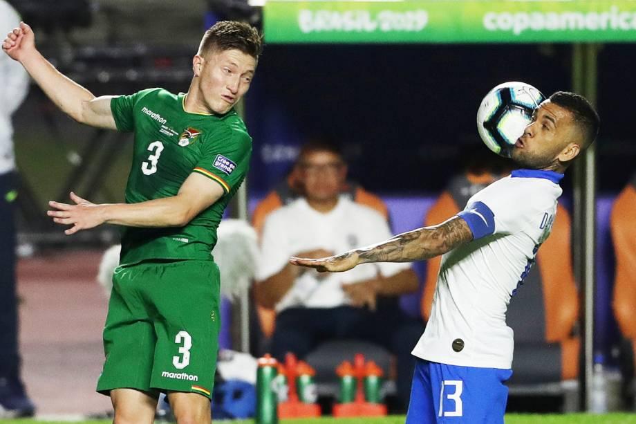 Daniel Alves e Alejandro Chumacero, jogadores da Seleção Brasileira e da Bolívia, durante partida válida pela Copa América - 14/06/2019