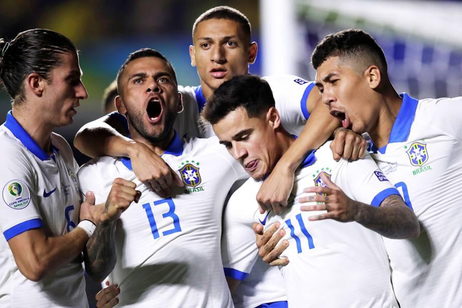 Philippe Coutinho comemora com seus companheiros após marcar gol durante partida contra a Bolívia, válida pela fase de grupos da Copa América - 14/06/2019