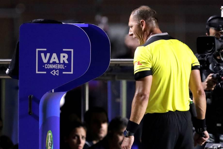 O árbitro Nestor Pitana consulta o VAR durante partida entre Brasil e Bolívia - 14/05/2019