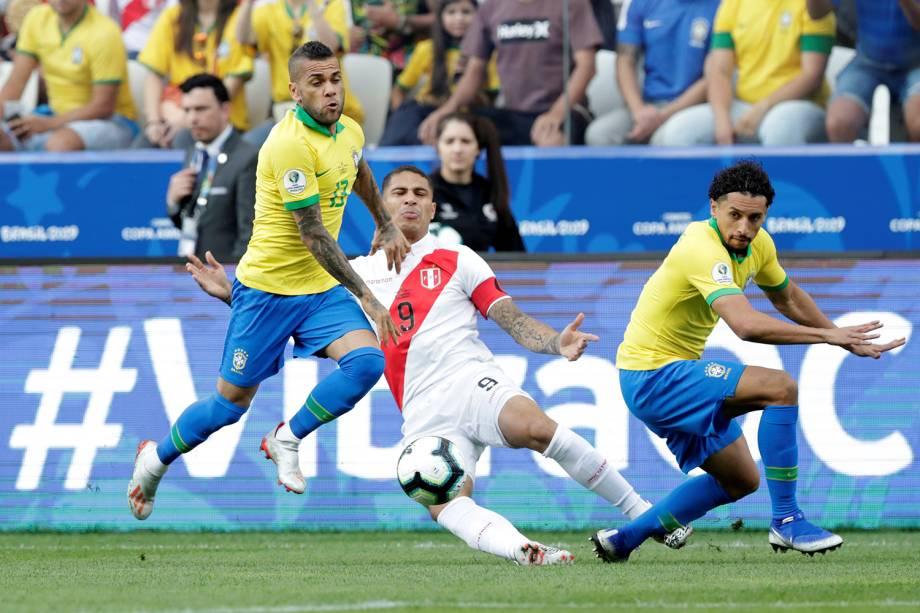 Paolo Guerrero, jogador do Brasil, é marcado pelos brasileiros Daniel Alves e Marquinhos, durante partida válida pelo grupo A da Copa América - 22/06/2019