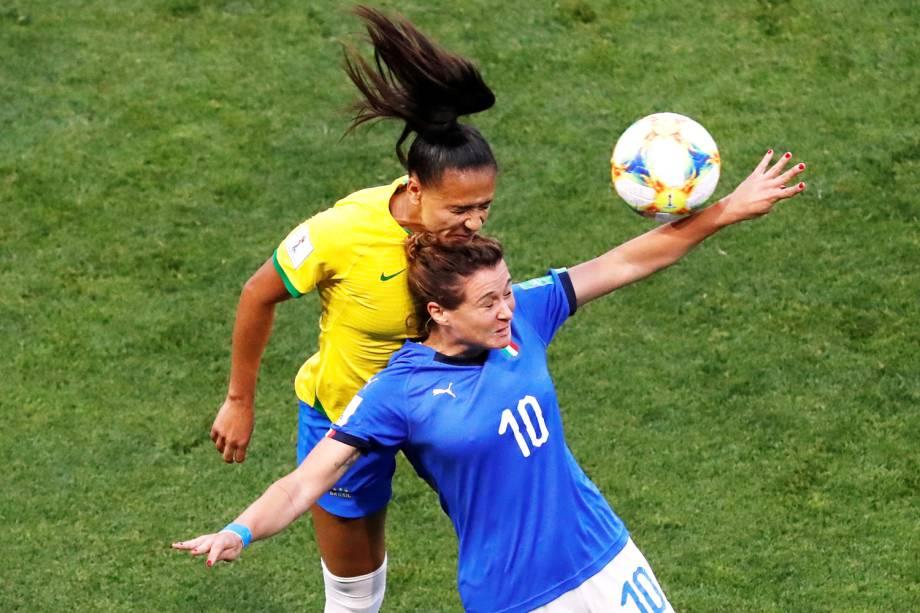 Cristiana Girelli, da Itália, disputa lance com Debinha, do Brasil, durante partida válida pelo grupo C da Copa do Mundo Feminina - 18/06/2019