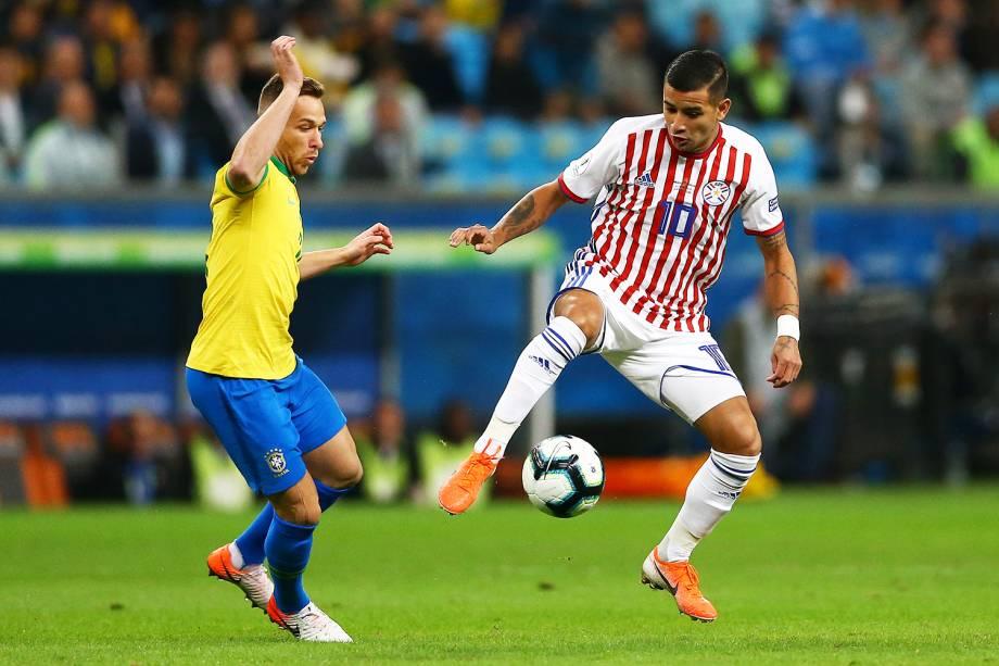 Arthur, jogador da seleção brasileira, disputa lance com  Derlis González, do Paraguai, durante partida válida pelas quartas de final da Copa América - 27/06/2019