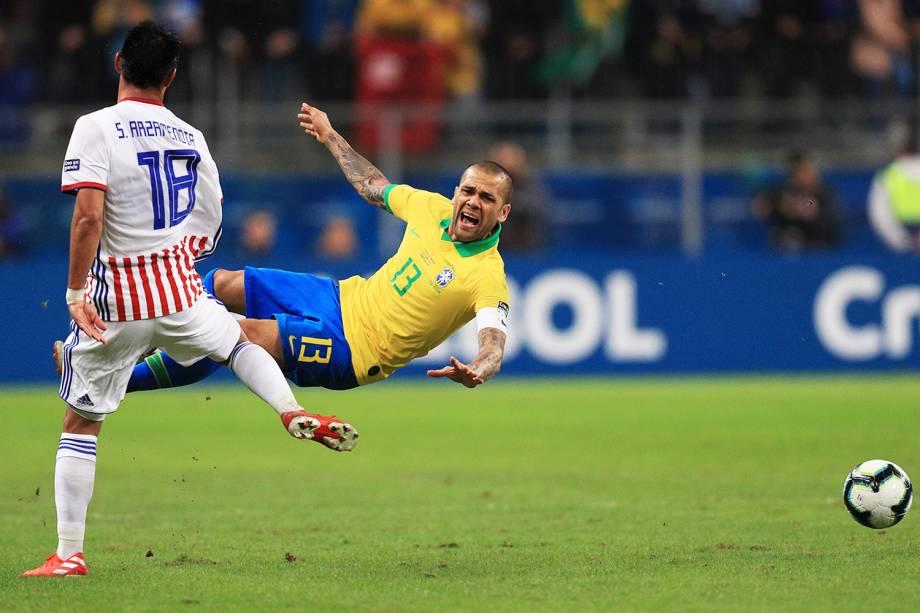 Daniel Alves, jogador da Seleção Brasileira, é derrubado por Santiago Arzamendia, do Paraguai, durante partida válida pelas quartas de final da Copa América, realizada na Arena do Grêmio, em Porto Alegre (RS) - 27/06/2019