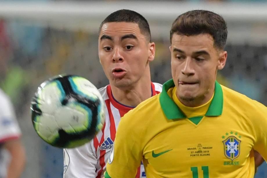 Philippe Coutinho disputa bola com Miguel Almiron, duranet partida entre Brasil e Paraguai - 27/06/2019