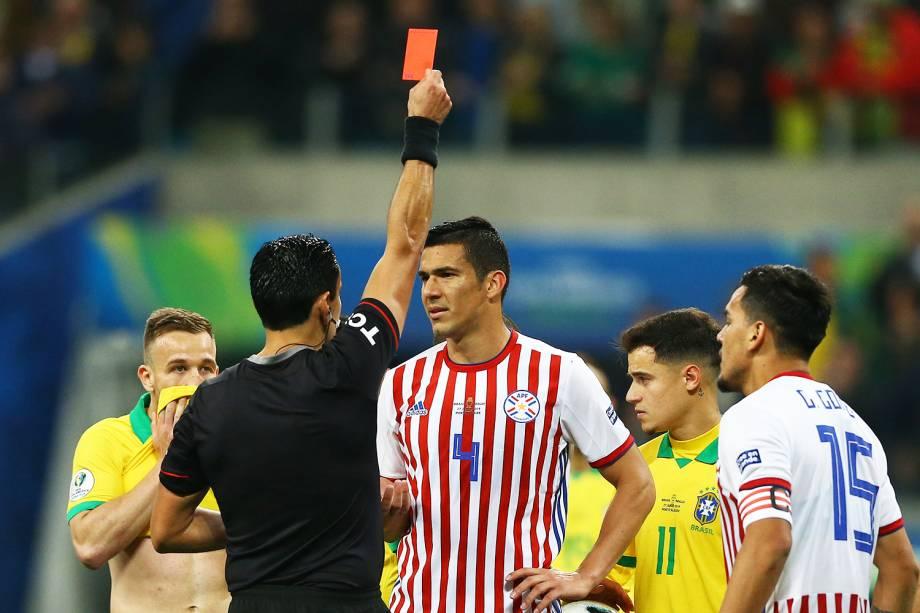 O árbitro Roberto Tobar Vargas expulsa o jogador  Fabian Balbuena, do Paraguai, durante partida contra a Seleção Brasileira, válida pelas quartas de final da Copa América - 27/06/2019