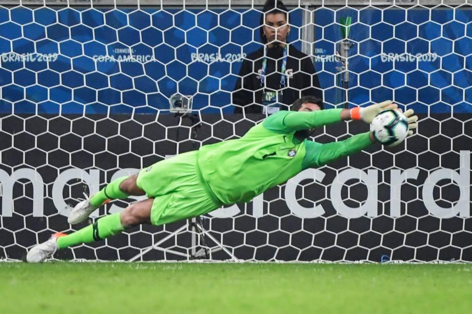 Alisson, goleiro da Seleção Brasileira, defende cobrança de pênalti de Gustavo Gómez - 27/06/2019
