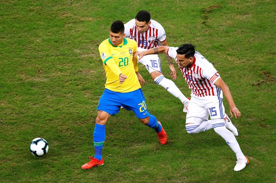 Roberto Firmino, do Brasil, disputa lance com Celso Ortiz e Gustavo Gómez, do Paraguai, durante partida válida pelas quartas de final da Copa América - 27/06/2019