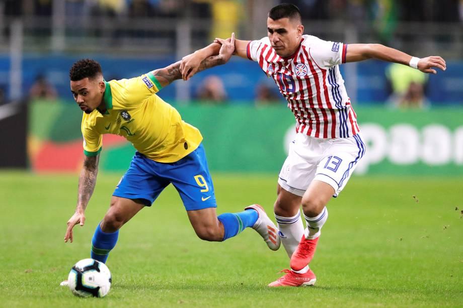 Gabriel Jesus (esq) disputa lance com Junior Alonso (dir), durante partida entre Brasil e Paraguai - 27/06/2019