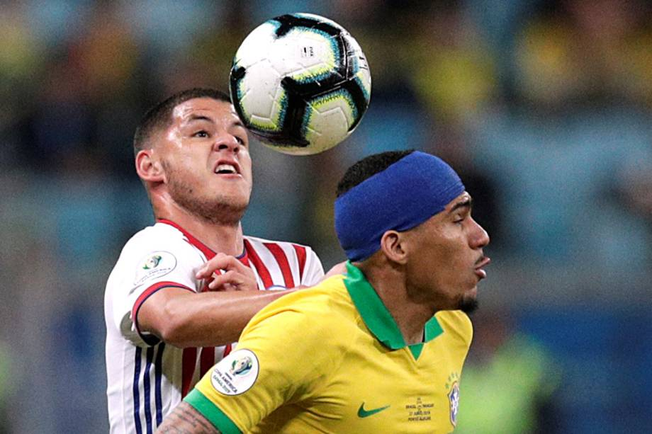 Allan, do Brasil, disputa lance com Richard Sánchez, do Paraguai, durante partida válida pelas quartas de final da Copa América - 27/06/2019