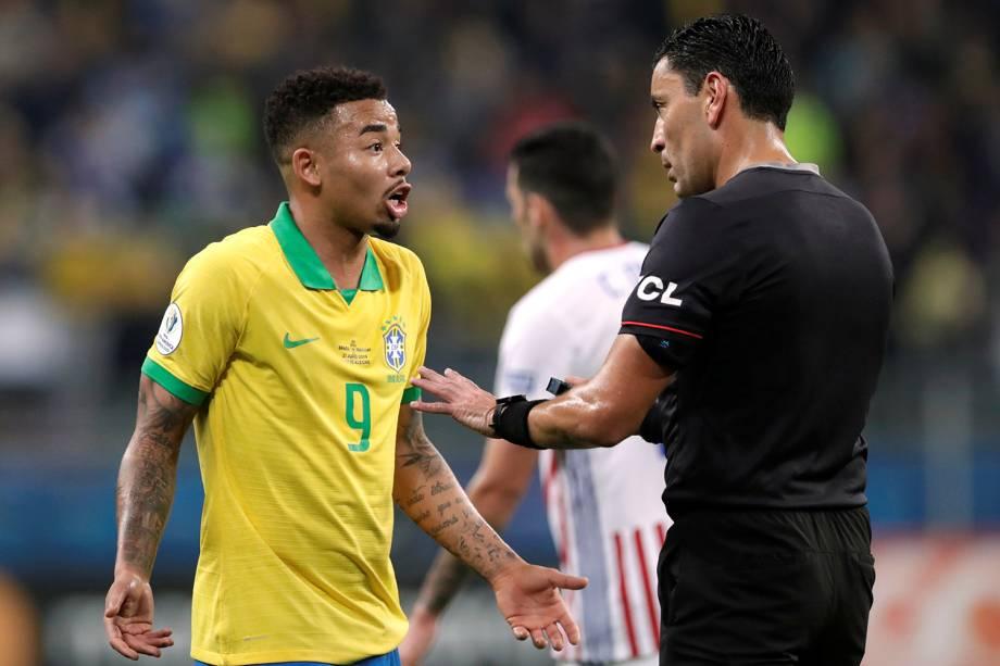 Gabriel Jesus conversa com o árbitro Roberto Tobar durante partida entre Brasil e Paraguai, válida pelas quartas de final da Copa América, realizada na Arena do Grêmio, em Porto Alegre (RS) - 27/06/2019