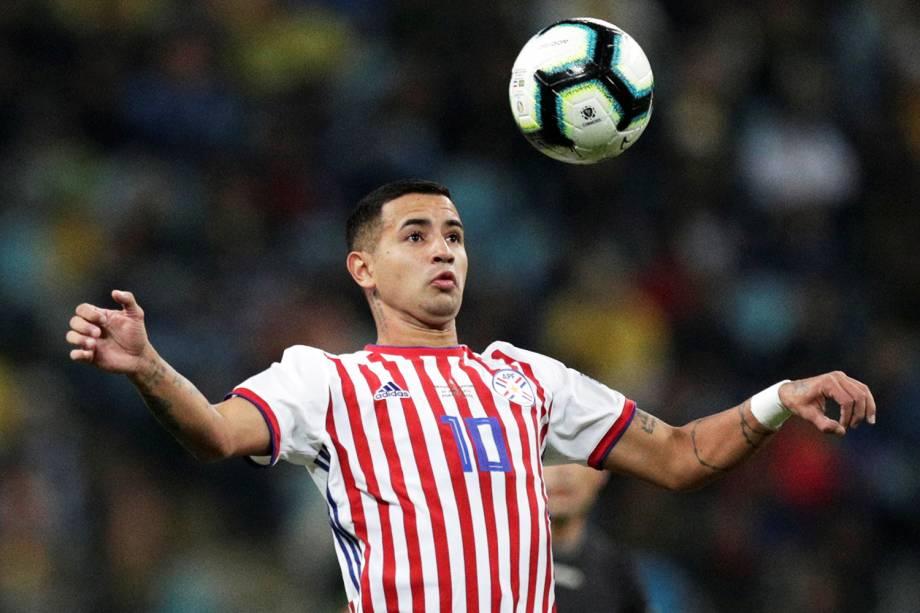 Derlis González, da seleção paraguaia, domina bola durante partida contra o Brasil - 27/06/2019