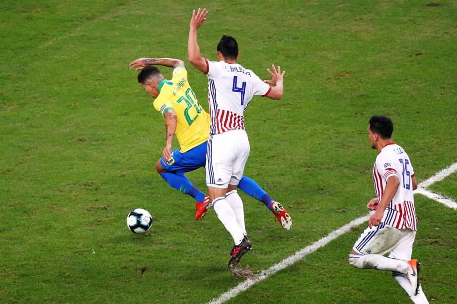 Roberto Firmino é derrubado por Fabian Balbuena, durante partida entre Brasil e Paraguai, válida pela Copa América - 27/06/2019