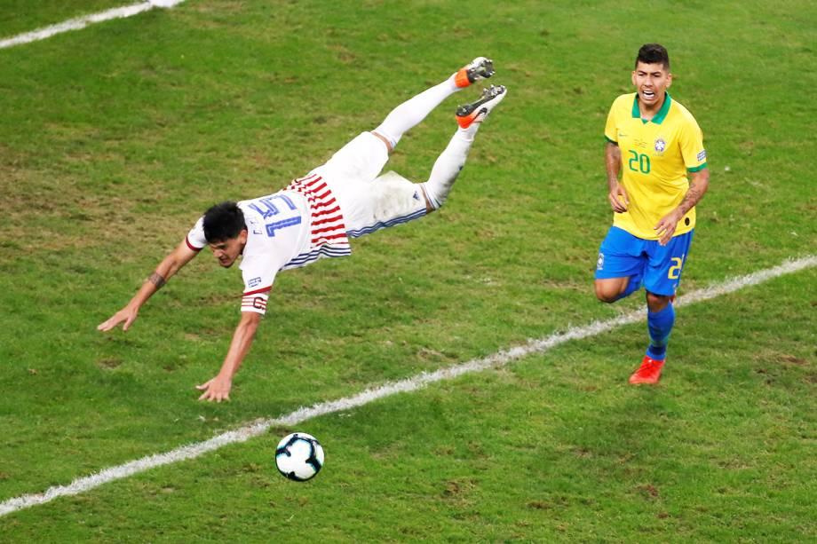 Gustavo Gómez e Roberto Firmino, durante partida entre Brasil e Paraguai, válida pelas quartas de final da Copa América, realizada na Arena do Grêmio, em Porto Alegre (RS) - 27/06/2019