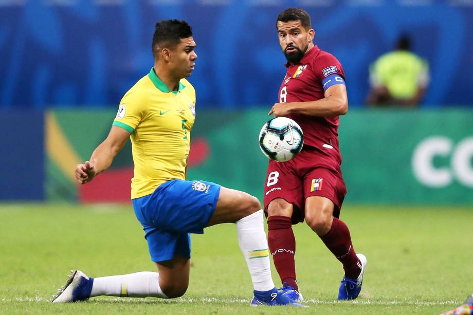 Casemiro, jogador da seleção brasileira, disputa lance com Tomas Rincon, da Venezuela, durante partida válida pela fase de grupos da Copa América - 18/06/2019