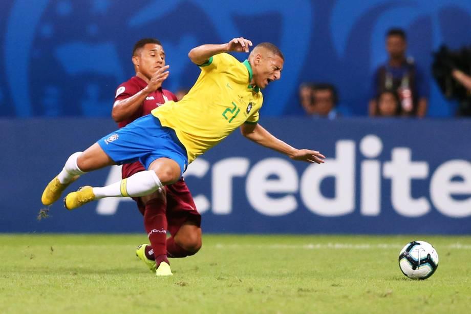 Richarlison, jogador do Brasil, é marcado pelo jogador venezuelano Darwin Machis, durante partida válida pela Copa América - 18/06/2019