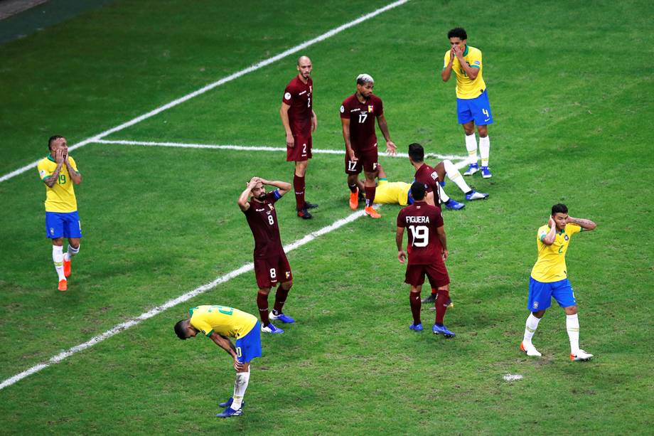 Jogadores brasileiros lamentam jogada perdida durante partida contra a Venezuela, válida pela fase de grupos da Copa América - 18/06/2019