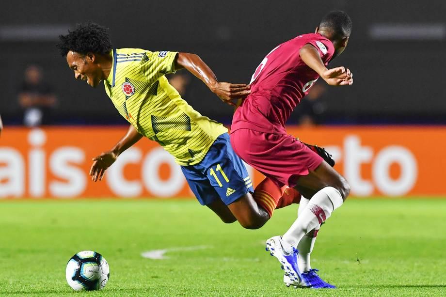 Juan Cuadrado, da Colômbia, disputa lance com Abdulaziz Hatim, jogador do Catar, durante partida válida pela fase de grupos da Copa América - 19/06/2019
