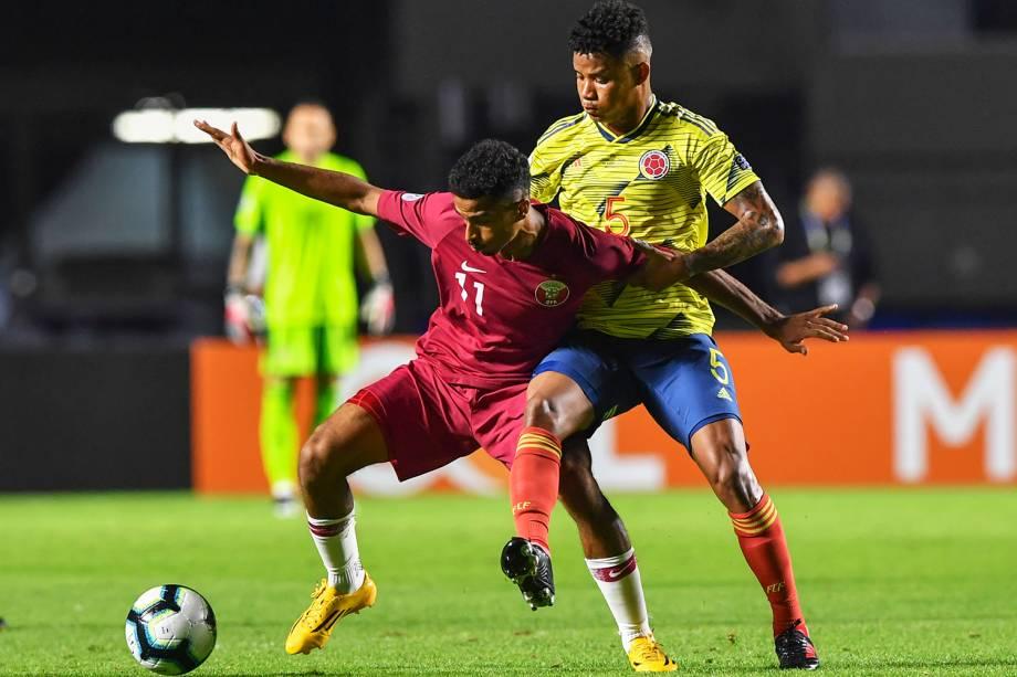 Akram Afif, do Catar, disputa lance com Wilmar Barrios, da Colômbia, durante partida válida pela fase de grupos da Copa América, realizada no Estádio do Morumbi, em São Paulo (SP) - 19/06/2019