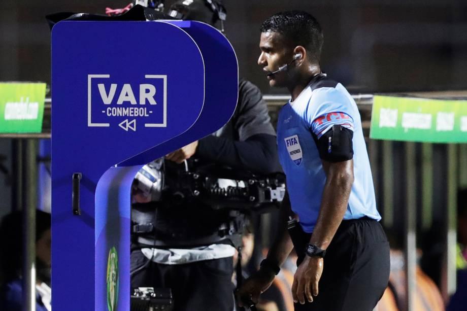 O árbitro Alexis Herrera analisa o VAR durante partida entre Colômbia e Catar, válida pela fase de grupos da Copa América - 19/06/2019