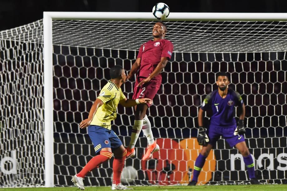 Pedro Correia, jogador do Catar, cabeceia bola durante partida contra a Colômbia - 19/06/2019