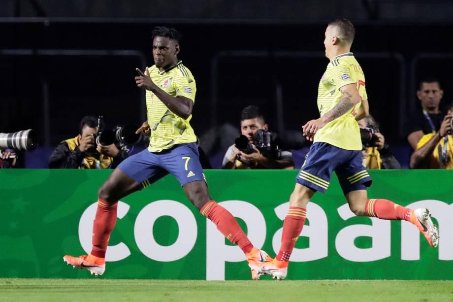 Duvan Zapata comemora após marcar gol durante partida entre Colômbia e Catar, válida pela Copa América - 19/06/2019