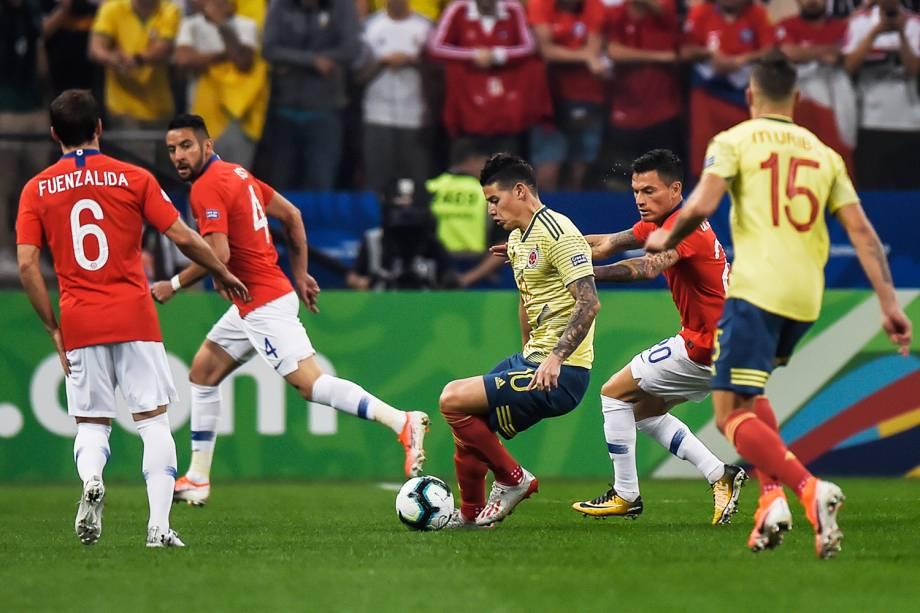 James Rodríguez, atacante da Colômbia, disputa lance com Charles Aránguiz, do Chile, durante partida válida pelas quartas de final da Copa América - 28/06/2019