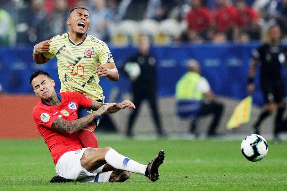 Erick Pulgar, do Chile, disputa lance com Roger Martínez, da Colômbia, durante partida válida pela Copa América - 28/06/2019