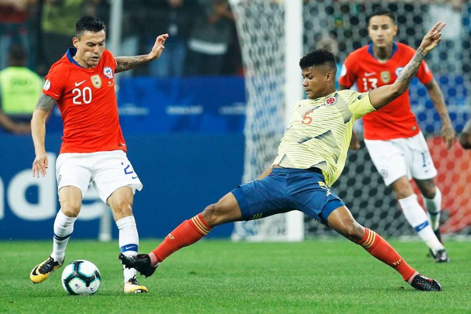 Charles Aranguiz (esq) e Wilmar Barrios (dir), durante partida entre Colômbia e Chile - 28/06/2019