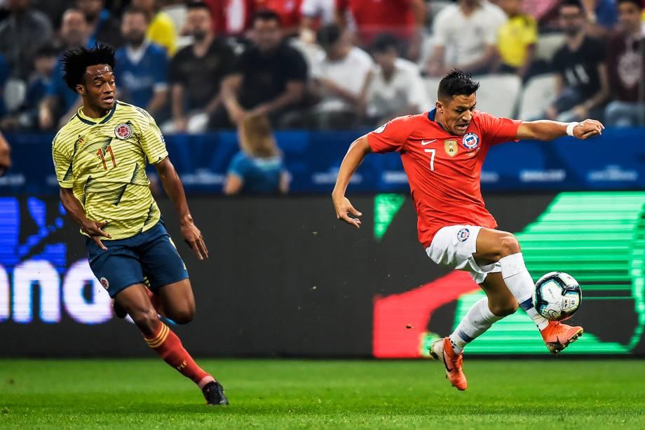 Juan Cuadrado (esq) disputa lance com Alexis Sánchez (dir), durante partida entre Colômbia e Chile, válida pelas quartas de final da Copa América, realizada na Arena Corinthians, em São Paulo (SP) - 28/06/2019
