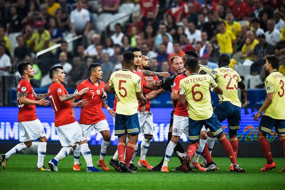 O árbitro Néstor Pitana tenta apartar jogadores colombianos e chilenos durante confusão - 28/06/2019